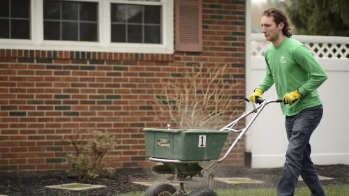 Lawn fertilization spreader